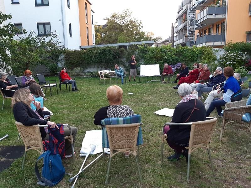 Bewohnerversammlung im Garten