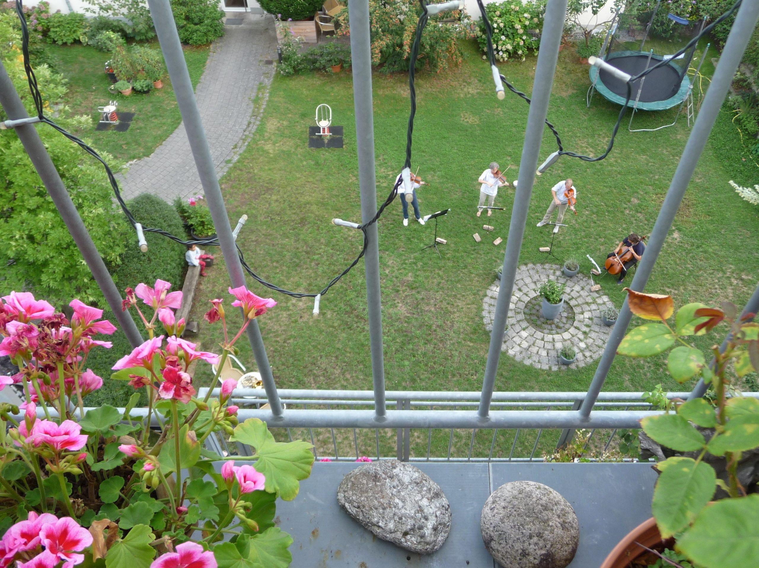 Gartenkonzert vom Balkon aus zuhören
